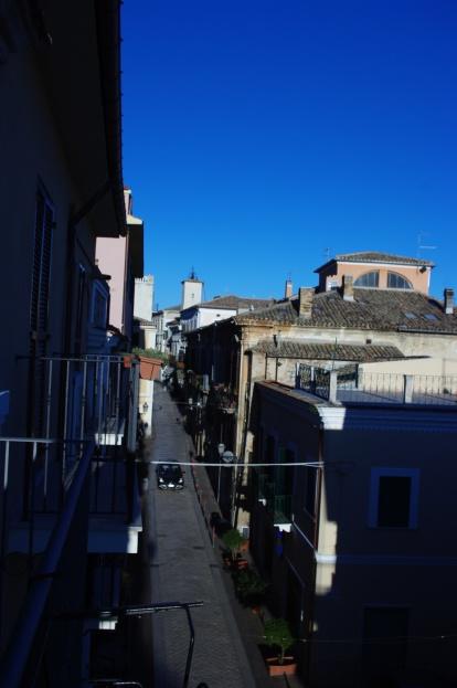 Utsikt över huvudgatan. 50 meter från torget.
