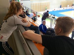 Klara, Uffe, Axel och Linus väntar på Axels första match.