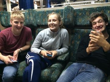 Linus, Klara och Uffe på tåget hemåt.