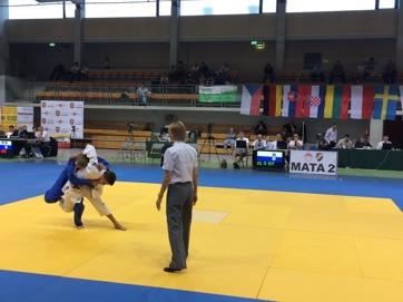 Axel, i blått, vann faktiskt den här matchen även om han ser ut att vara på väg att bli slängd.