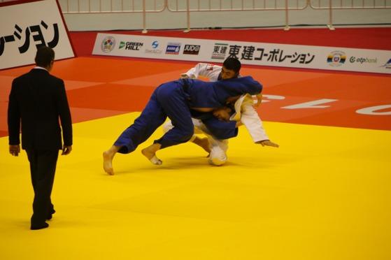 Olle kastar sin andra waza-ari i första matchen – och vinner.