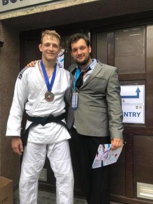 Jag och coach Uffe som älskar när han tvingas ha slips och kavaj – för då är det medaljmatch...