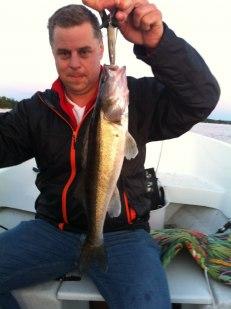 Tony Karlsson med fångst. Här kan vi lära ytterligare ett knep. Om man håller fram fisken mot kameran ser den större ut....