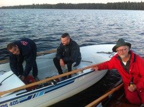 Ola Blomberg får assistans av vinnarbåten, som trots räddningsinsatsen hann dra upp en gös och få två rejäla hugg.