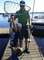 Noel fiskar med morfar Hasse (Snygg keps! - reds anm.)