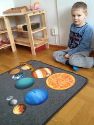 Här sitter V och har precis sorterat våra planeter i storleksordning!