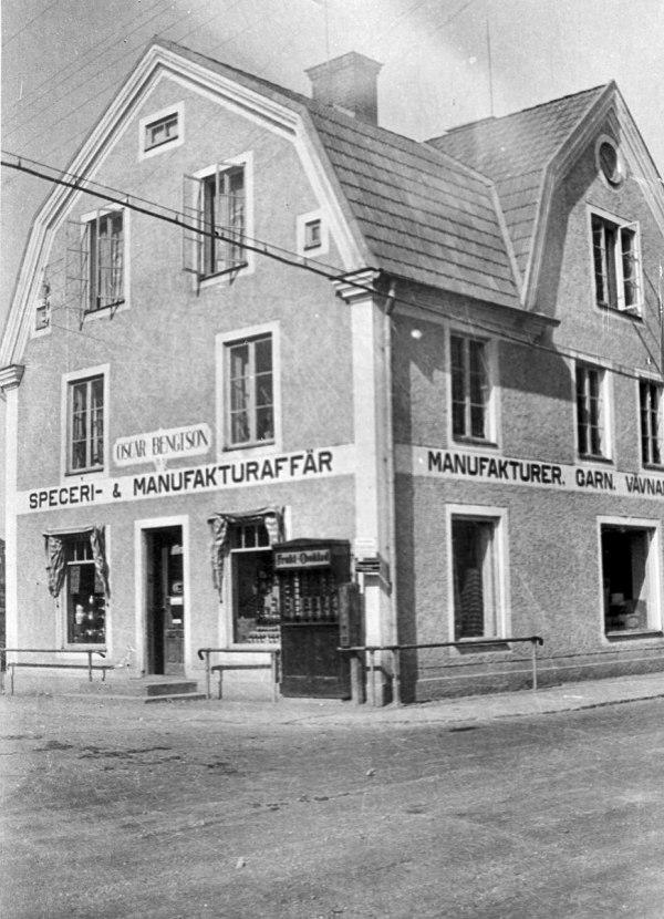 Oskar Bengtsson drev affären 1928-1961. Interiörbilderna från omkring 1935. Ragnar Andersson drev affären 1961-1966 därefter köptes affärsrörelsen av ICA.