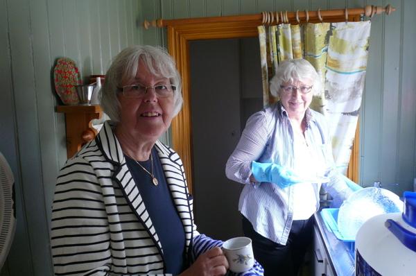 Flickorna är Monica och Margit Brandt i nya köket