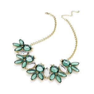 Vackert halsband med gröna & vita stenar