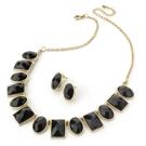 Halsband litet svart statement med gulddetaljer