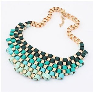 Halsband med guldkedja och band i grönt, turkost, ljusblått & cremévitt