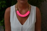 Kort halsband i rosa tyg, passar perfekt till sommaren!