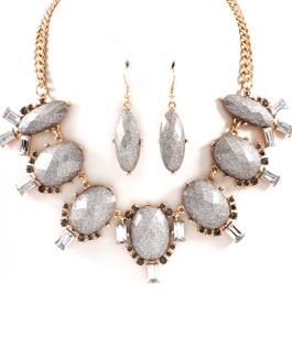 Halsband & örhängen med silverfärgade stenar