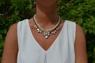 Halsband i vitt, transparent & guld
