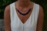Tassel-halsband i magenta, vitt & svart