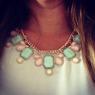 Halsband med stenar i ljusa pastellfärger