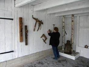 Spikar upp fina gamla verktyg på väggarna.....