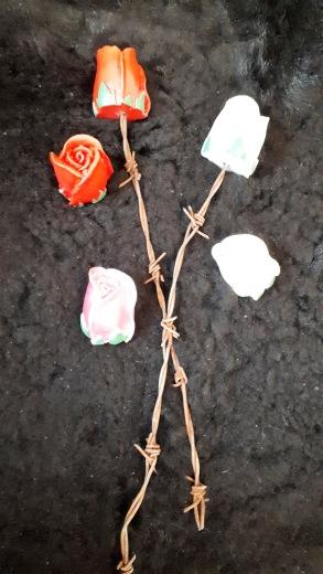 Dessa vackra rosor finns i fler olika färger.
