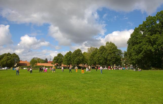Maskeradbrännboll i Djurgårdsparken.