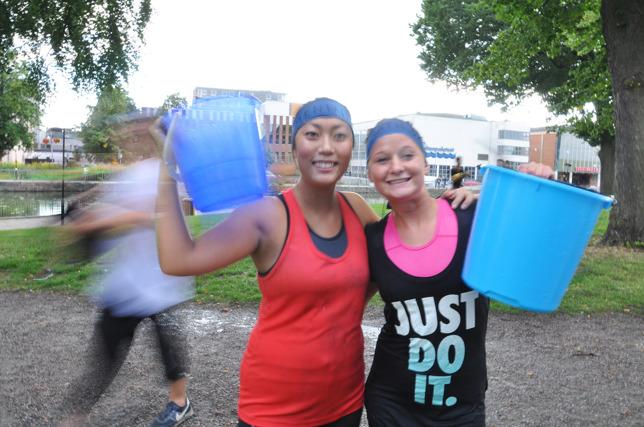 I bild: Rookiesarna Jennifer och Matilda med vattenhinkar i högsta hugg!