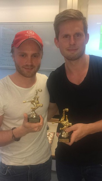 Bild: Philip och Martin med sina fina vinnarpokaler.