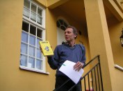 """Johan Erséus presenterar skriften """"Allsvensk idyll"""" i samband med 2007 års picknick i Jolos trädgård (foto Kerstin Nylander)"""