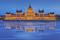 Budapest - vy Parlamentet kvälls vy över isig Donau