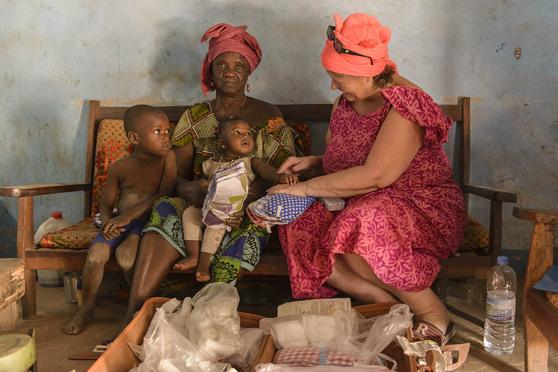 Jordemor i Manduar får förlossningsblöjor
