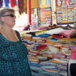 Jagar tyg och garn på marknaden i Serekunda