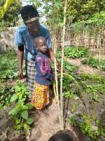 Aminata odlar sin trädgård