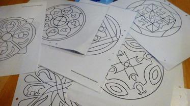 Barnens uppdrag var att färglägga mandalas.