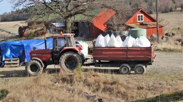 Knyttet blev lite annorlunda idag, bonden var ute med alla traktorerna och vårsådde så idag pratade vi om bondens jobb och vad som sås på åkrarna, att det blir mat till oss. L kom på att hästarna får också mat från åkrarna.