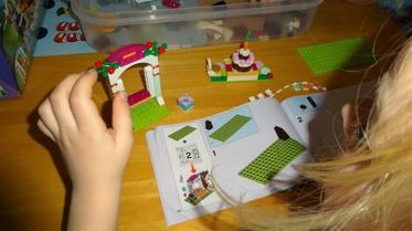 Bygga och konstruera! Smålego är ett spännande material att bygga och konstruera med. Skapande utvecklar bland annat barnens fantasi, självkänsla och initiativförmåga. Följa en beskrivng är inte så lätt,