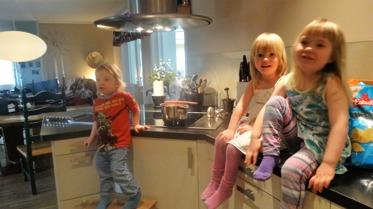 Vara med och hjälpa till i köket tycker alla är roligt.   Smaka, röra i grytorna och hacka, egen lagad mat smakar mums.