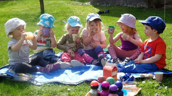 Sommarens först picknicks mellis på gräsmattan :)