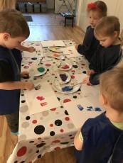 Vi provar olika tekniker och färger att skapa och måla med.