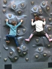 F och J går på klätterskola, ville visa Solweig hur man klättrar. Högt upp kom dom. Vi kan! Du behöver inte var nervös Solweig
