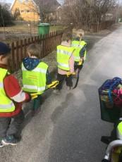 Även om barnet är litet är det aldrig för tidigt att börja lära det att tänka trafik. Som vuxen kan du ta tillvara på alla tillfällen som bjuds att lära ditt lilla barn mer om trafik. Barnet i den här åldern gillar upprepning.