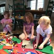 Konstruktionslek är en lek med material, där skapar något. Det kan vara lego eller bygga koja. Genom konstruktionslek utvecklar barnets motorik, kreativitet och intellektuella förmågor.