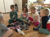 Barnen sorterar och para ihop en hel hög med strumpor