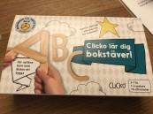 Ett lekfullt sätt för barn att lära sig bokstäver. Vänd vrid och foga ihop de magnetiska byggdelarna i trä till bokstäver eller ord. perfekt för små händer som ännu inte lärt sig att hålla i en penna! Och för alla barn som på kul och kreativt sätt vill upptäcka alfabetet.