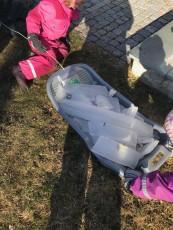 Till barnens stora glädje fanns det i förmiddags is  ute. Barnen samlade isbitar och vi jämförde de olika isbitarna form och storlek.