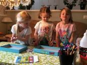 Det är viktigt att barnen tidigt får lära sig det sociala beteendet och att lära sig genom att testa och pröva i samspel med andra. Det är sällskaps-spelandet ett bra verktyg.
