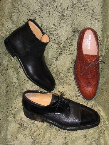 Ovan: Svart skinnfodrad känga från Enrico Bruno, brun brogue-mönstrad sko från John Spencer samt svart sko från Lancio.