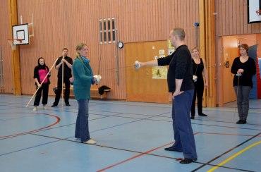 Birgitta och Johnny instruerar.
