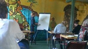 Angelica ritar och förklarar hur vi sitter på hästen