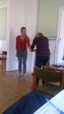 Angelica visar framåt nedåt på Åsa