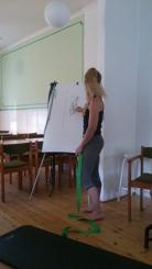 Angelica ritar och förklarar hur en öppna ser ut i hästen