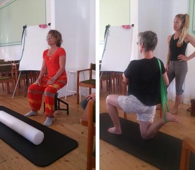 Lena (t.v.) provar ballimopallen. Carina (t.h.) gör en stretchövning för höftböjaren.