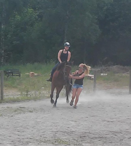 Angelica hjälper Sandra och hennes häst Etyd